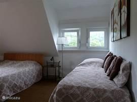 Zeer ruime slaapkamer(2) met een 2 persoonsbed, en een 1 persoonsbed met onderschuifbed. Prachtig uitzicht aan 2 zijden van de slaapkamer.