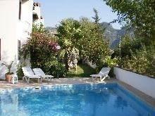 Gezamenlijk zwembad en gezamenlijke tuin met ligbedden. Het zwembad wordt elke dag schoongemaakt!