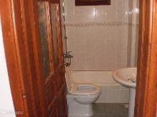Badkamer met bad aangrenzend aan slaapkamer met 2 persoonsbed