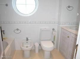 De en suite badkamer van de slaapkamer op de BG. Alle sanitair is aanwezig in deze moderne badkamer; wastafel, toilet, bidet, ligbad en douche.