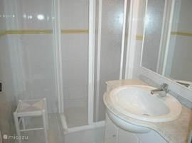 Badkamer nummer twee op de BG met wastafel en douche. Een apart toilet vindt u hier recht tegenover.
