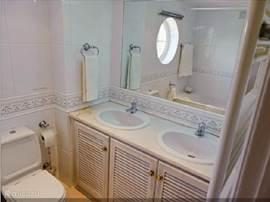 De badkamer op de 1e verdieping met alle voorzieningen. U ziet hier ook goed de kwaliteit van de badkamer, zo is het in het hele huis.