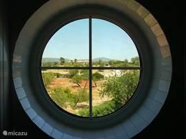 Door de ronde kenmerkende ramen ziet u het landschap dat u 360 graden rondom het vrijstaande huis ziet: de Vale da Mó, de prachtige, ongerepte vallei waar het huis in gelegen is. Op een heuvel, maar dat is goed voor het uitzicht én uw privacy.