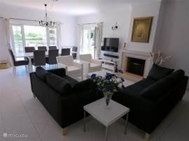 De woonkamer (airco) met gezellige banken, open haard en een grote kast met daarin het servies, (wijn)glazen en voor de lange avonden bordspellen en boeken.   De HD-televisie ontvangt honderden kanalen, waaronder alle Nederlandse.