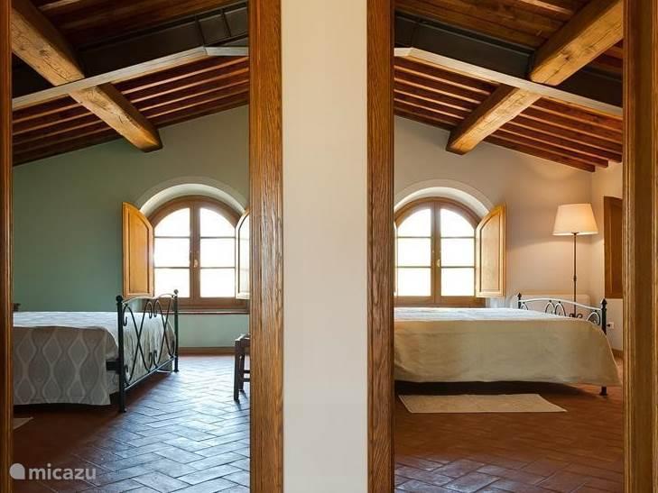 2 zeer royale slaapkamers op de  verdieping in verschillende authentieke smaakvolle kleuren