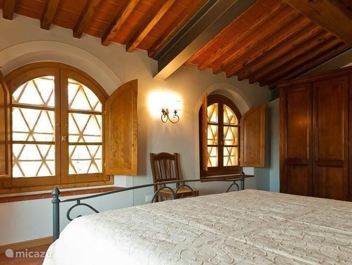 Slaapkamer nr 1. met originele Terracotta zonwerende gemetselde roosters voor de ramen Prachtig uitzicht over de grote prive-tuin
