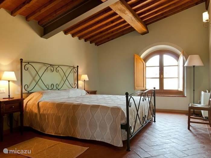 Slaapkamer nr 2 is net zo royaal , met terracotta vloer en balkenplafond. Airconditioned en horren