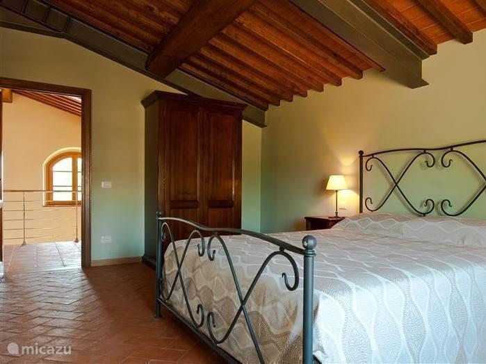 Romantisch smeedijzeren bed met beste kwaliteit kingsize matras 190 cm breed en 200 cm lang voor een prima nachtrust in slaapkamer nr. 2
