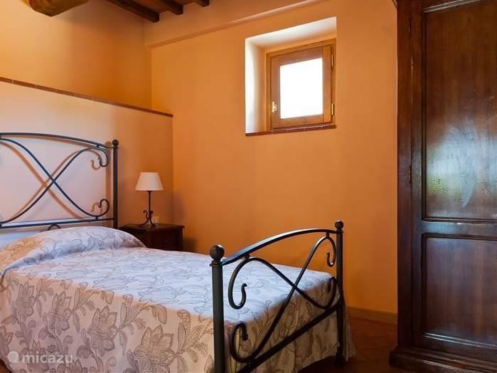 Single room met smeedijzeren bed met aansluitend marmeren badkamer nr. 2  In zachte tint geschilderd en balkenplafond. airconditioned en hor.
