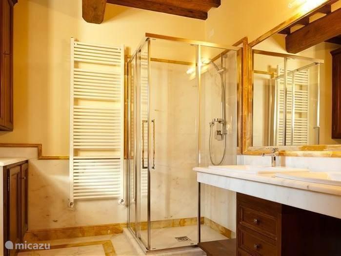 Badkamer nr 2 met grote douche, toilet/bidet en marmeren wastafel. Hier vindt u ook de wasmachine/droger, strijkijzer en strijkplank.
