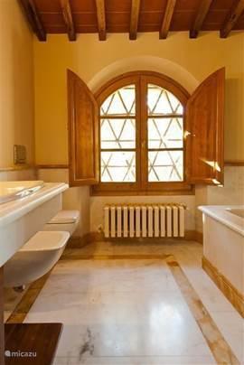 Marmeren Badkamer nr. 1 op de verdieping. Met  o.m. ligbad en handdouche,