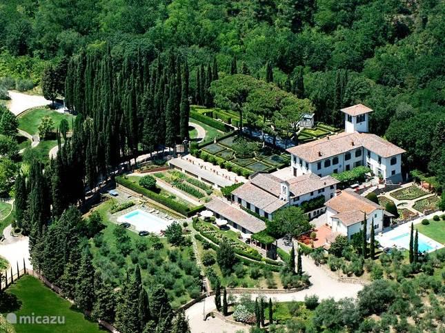 Foto van het landgoed Villa Licia met de historische renaissance Villa (rechts boven)