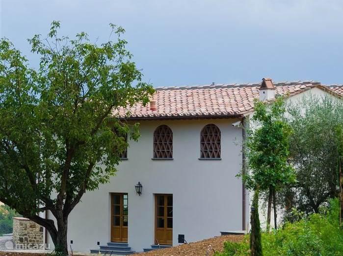 Villetta  tuinzijde met 2 openslaande deuren naar groot zonneterras