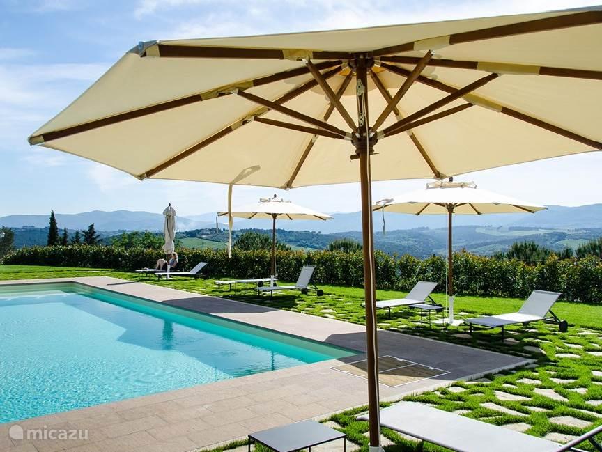 Mooi uitzicht vanaf het terras bij het zwembad