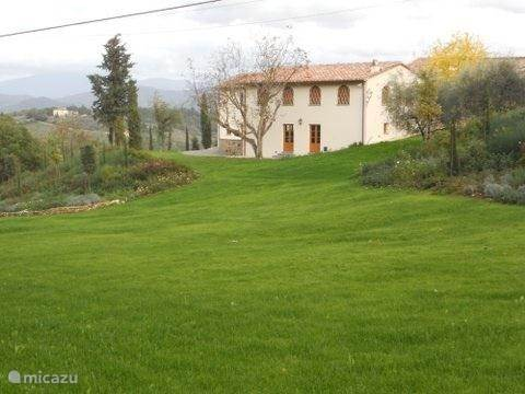 Grote tuin  van 3000 m2 met links en rechts plantenborders