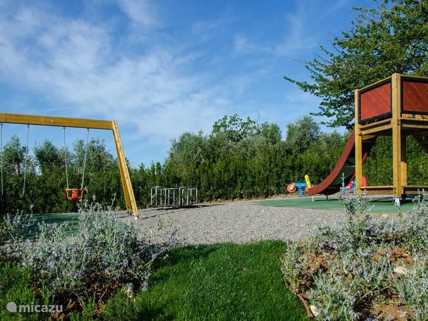 Afgescheiden playground voor kinderen nabij het zwembad