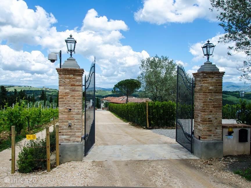 Het  -automatische- toegangshek dat leidt naar Villetta en Marzocco