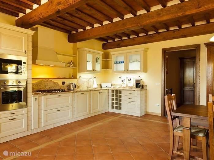 Uitgebreide klassieke Toscaanse keuken, zeer compleet ingericht met o.m. vaatwasser en magnetron etc