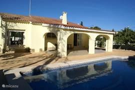 de villa met overdekt terras met prive zwembad met verlichting