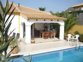 Aanzicht van Casa Miantojo met prachtige aanbouw om met warme dagen heerlijk in de schaduw te zitten. 's Avond kunt u ook tot heel laat heerlijk onder de veranda aan het zwembad zitten met uw familie.U zult zien ; u bent meer buiten dan binnen bij Casa Miantojo.