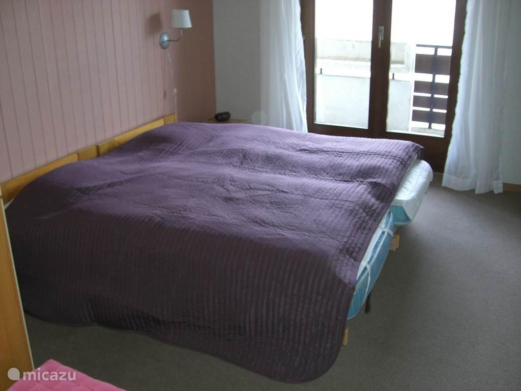 Een van de 3 slaapkamers, met toegang tot het balkon, met rolluiken vóór de ramen en balkondeur. Alle bedden voorzien van nieuwe matrassen, dekbedden & kussens. Passpiegel, leeslampjes & electrische wekker.