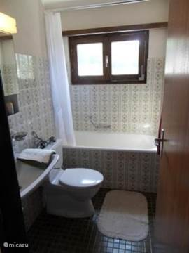 Eén van de 2 badkamers. Met bad, douche, toilet & wastafel