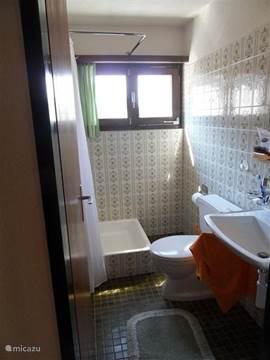 Eén van de 2 badkamers. Met douche, toilet & wastafel.