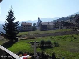 Uitzicht vanaf één van de balkons op het dorpje en de kerk van Eischoll.