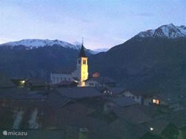 Avondzicht op Eischoll en het verlichte kerkje.