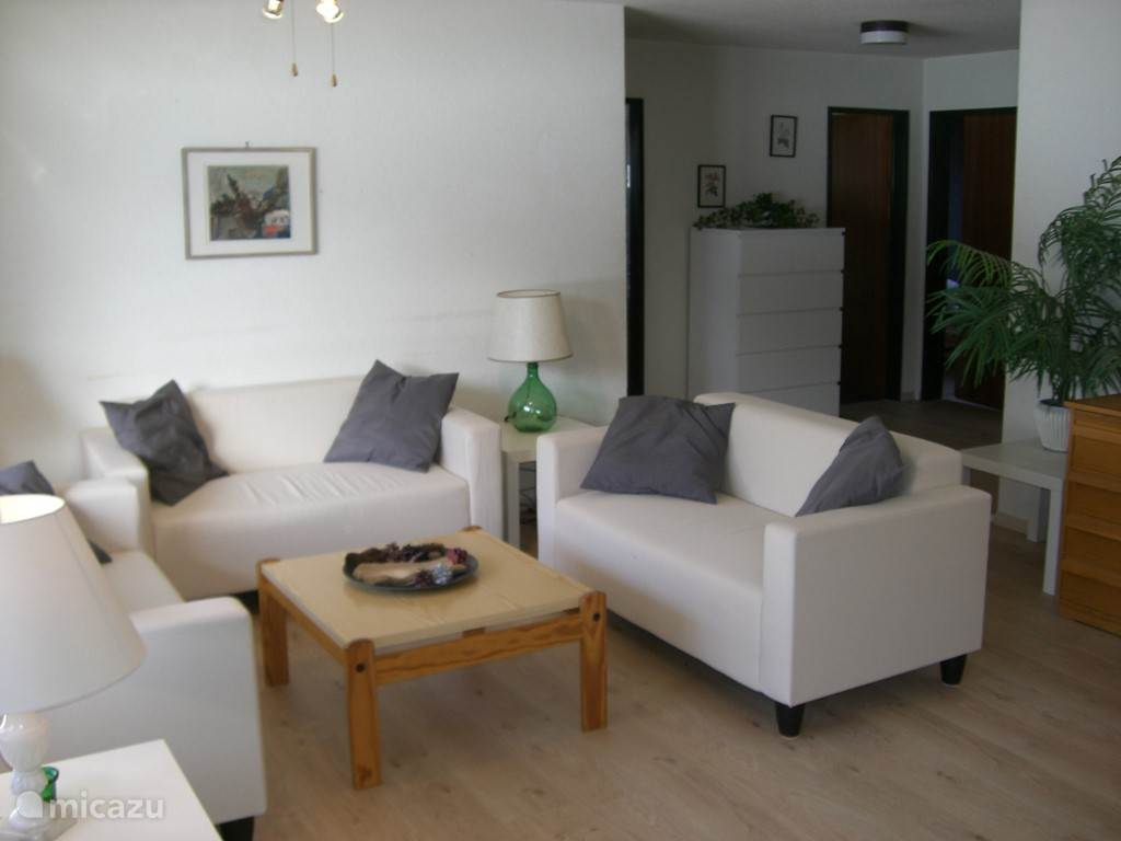 Zitkamer met toegang tot zonnig balkon over de gehele breedte van appartement.
