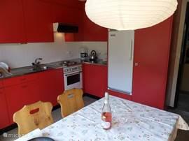 De gezellige eetkeuken, met toegang tot het zonnige balkon. Compleet uitgeruste keuken met koelkast & vriesvak, fornuis met oven en afzuigkap, Senseo & koffiezetapparaat, waterkoker, broodrooster enz.