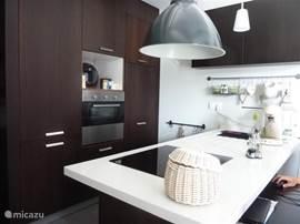 Kook in deze open keuken met alle benodigdheden