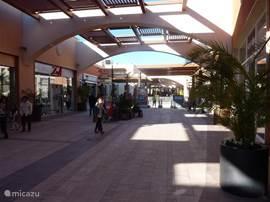 Het nieuwe shoppingcenter Zenia Boulevard (geopend sept. 2012 ) op 5 minuten (3km) van het huis. Een prachtig nieuw winkelcentrum met 150 winkels, eetgelegenheden een bioscoop en verschillende leuke kinder-attracties. http://zeniaboulevard.es