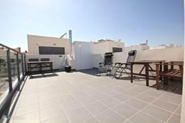 Het ruime dakterras waar u de ganse dag kan genieten van de zon. Hier kan je zelfs in december zonnen.