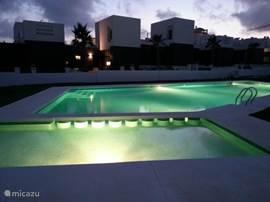 Geniet van dit avondzicht van het zwembad met op de achtergrond het huis.