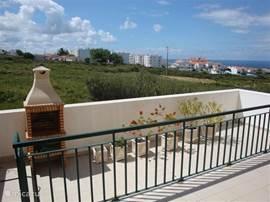 Vanuit de woonkamer en keuken komt u op het aan de achterzijde gelegen terras met bbq.