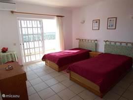 Derde slaapkamer op de eerste verdieping, met directe toegang tot een ruim terras met een spectaculair uitzicht over d eheuvels en de vallei, met het kasteel van Paderne, en zichtb