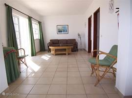 Ruime hal op de eerste verdieping, met een zitje en toegang tot een eigen terras. De sofa heeft een uitklapbed voor twee extra gasten waardoor in totaal acht personen in de villa kunnen verblijven.