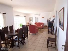 Ruime en zeer lichte woonkamer met zithoek en eettafel, Satelliet-TV en DVD/CD