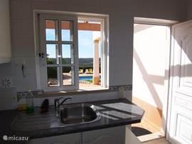 Keuken grenst direct aan het terras dus het ontbijt en ook de andere maaltijden staan zo op de tafel buiten