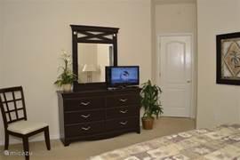 Dressoir met flatscreen-tv in master-slaapkamer 1.