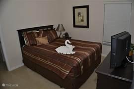 Master-slaapkamer (2) met Queen-bed, nachtkastje, ladenkast, hocker, 24/60cm flat/wide-screen-televisie met dvd-speler. En inloopkast en directe toegang tot 2e badkamer.