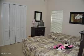 Disney-Twin-slaapkamer (4), met ladenkast, tv incl. dvd-speler en ruime inloopkast.