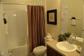 Badkamer 3 (tussen slaapkamer 3 en 4), met ligbad annex douche, wastafel met spiegel en toilet.