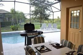 Klaar voor de BBQ! Lekker bij het zwembad onder het over overdekt terras met altijd schaduw wat regelmatig welkom is..