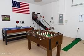 Onlangs hebben we de gameroom opnieuw gedecoreerd en uitgebreid met tafelvoetbal en basketbalspel.