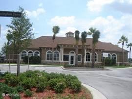 Het Clubhuis met fitnesscenter, douches, zitruimte, tafeltennis en groot zwembad. (Op 250 meter van de villa)