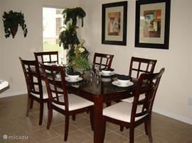 Eetkamer. Ruime eettafel met 6 stoelen er om heen. Er zijn extra stoelen bij te zetten vanuit de ontbijttafel.