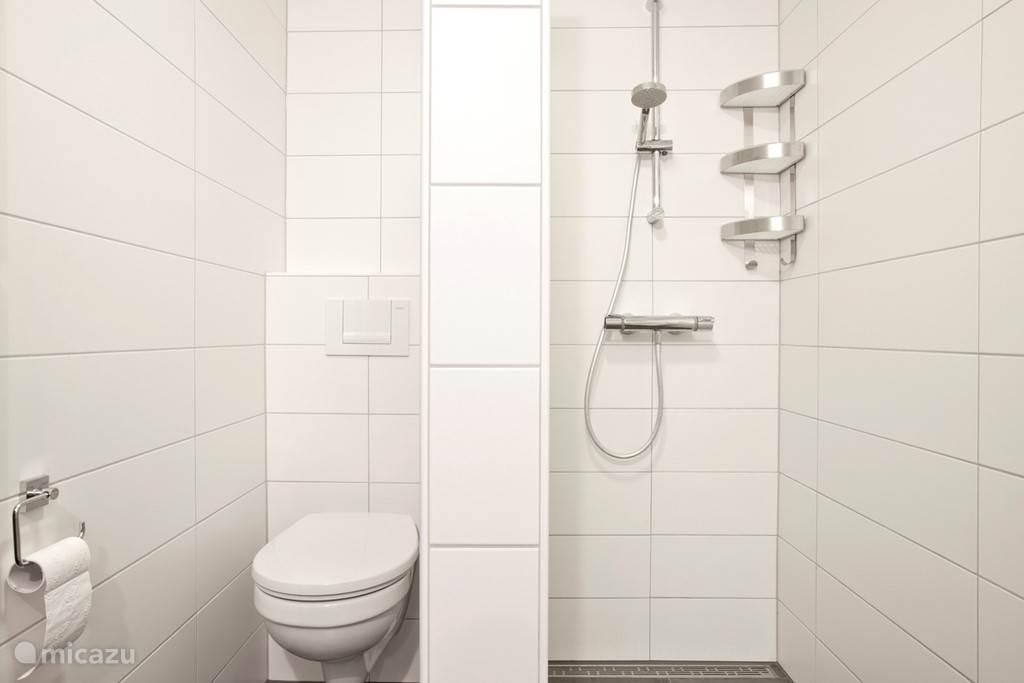 Appartement A badkamer met inloop douche en vloerverwarming.