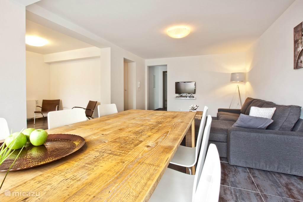 Appartement A tafel met 6 stoelen.